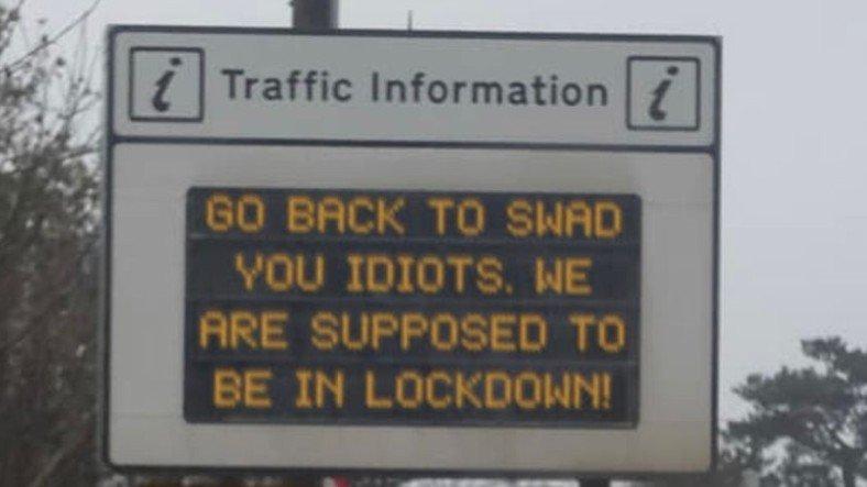 İngiltere'de Hacklenen Elektronik Tabelalar ile Şoförlere 'Mesaj': Evinize Dönün Aptallar