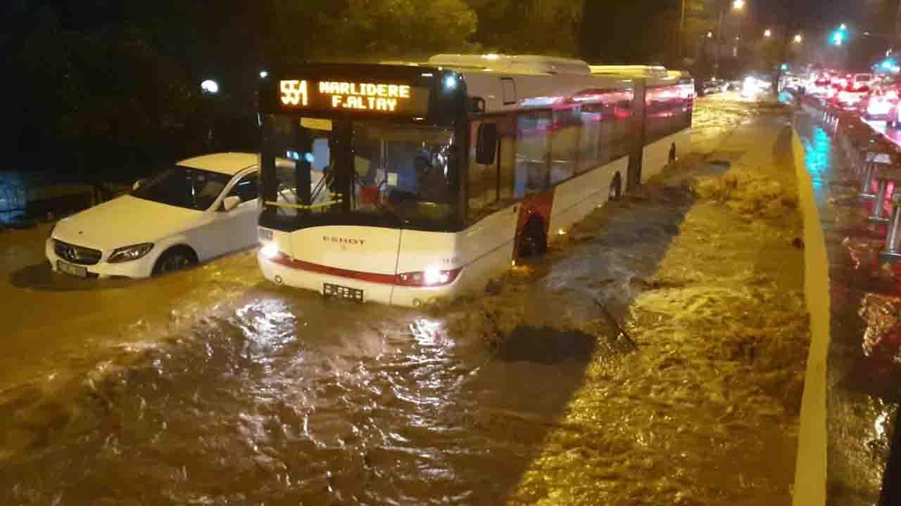 İzmir'de metrekareye 126 kilogram yağış düştü