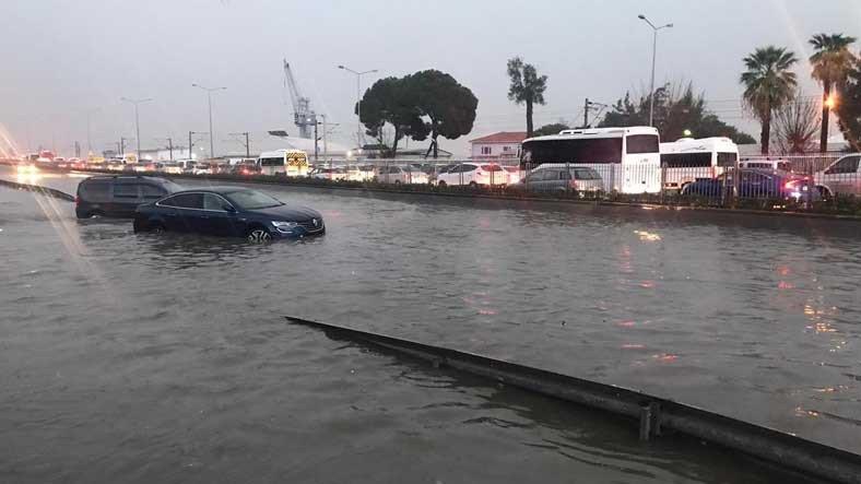 İzmir, Olağanüstü Bir Sağanak Yağışa Teslim Oldu: Görüntüler Endişe Verici Boyutlarda