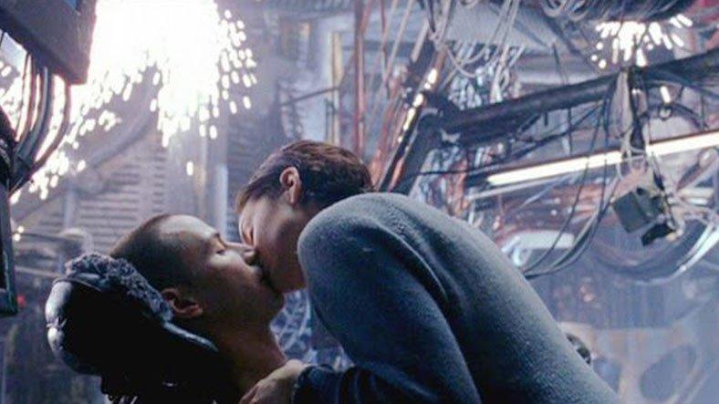 Matrix'te Trinity'nin Neo'yu Öpmesi Onu Hayata Nasıl Geri Getiriyor?