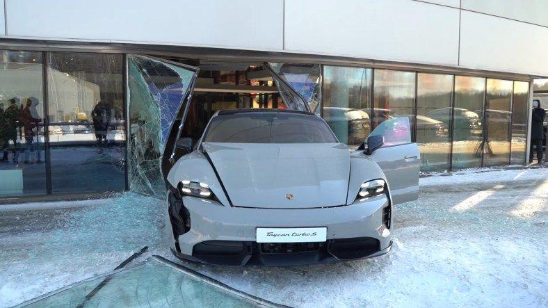 Rus YouTuber, Porsche Taycan Turbo S ile Porsche Mağazasında Kaza(!) Yaptı [Video]