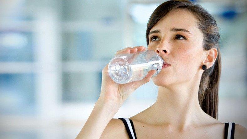 Vücudunuzun Yeteri Kadar Su İçmediğinizde Verdiği 10 İşaret