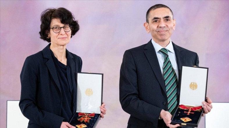 Almanya'dan Türk Bilim İnsanları Prof. Dr. Uğur Şahin ve Dr. Özlem Türeci'ye Liyakat Nişanı