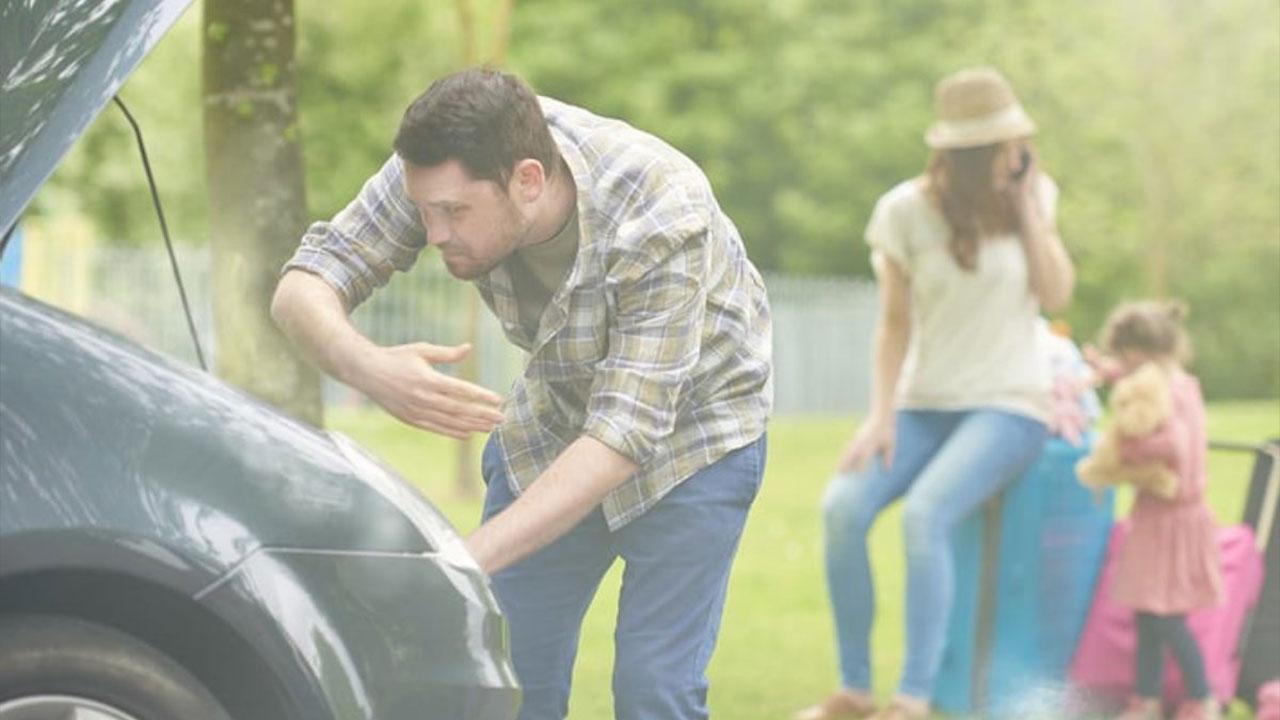 arabayla ilgilenen adam