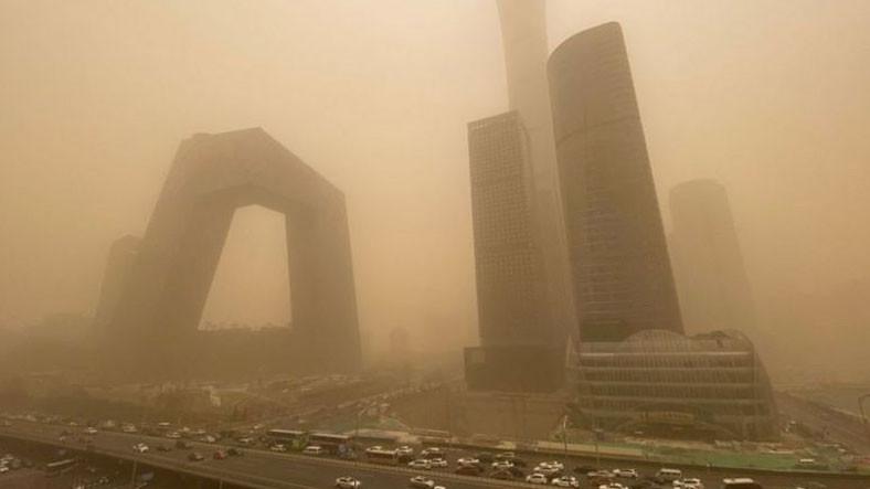Çin'de Halkın 'Dünyanın Sonu Gelmiş Gibi' Şeklinde Tanımladığı Büyük Bir Kum Fırtınası Yaşanıyor