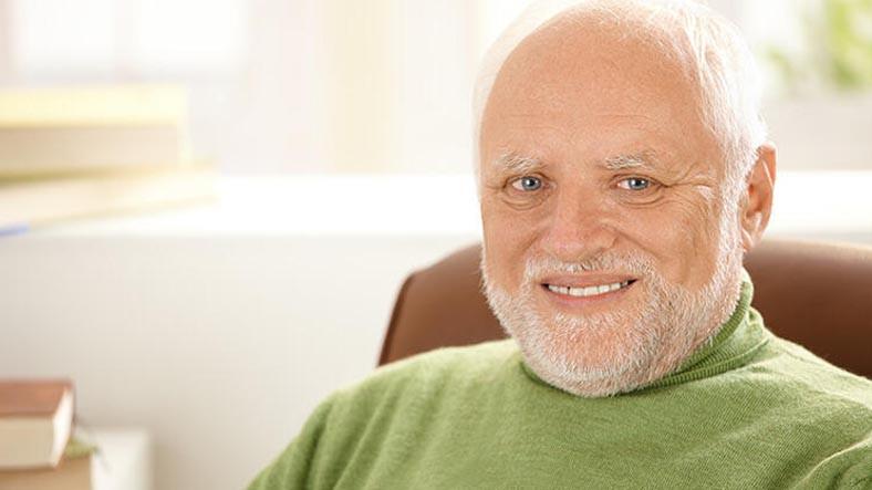 Hüzünlü Bir Gülüşe Sahip, Son Zamanların İnternet Fenomeni Olan Yaşlı Adamın Hikayesi