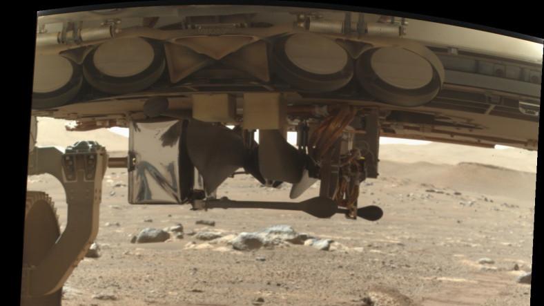NASA, Mars Helikopteri Ingenuity'nin İlk Fotoğrafını Paylaştı