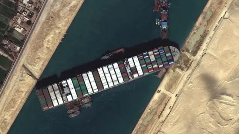 Süveyş Kanalı'nı Tıkayan Dev Geminin Dümeni Kurtarıldı