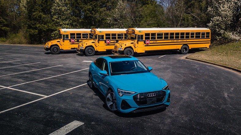 Audi, Okul Bölgelerinde Güvenli Sürüş İçin 'Araçtan Her Şeye' Teknolojisini Test Etmeye Başlıyor