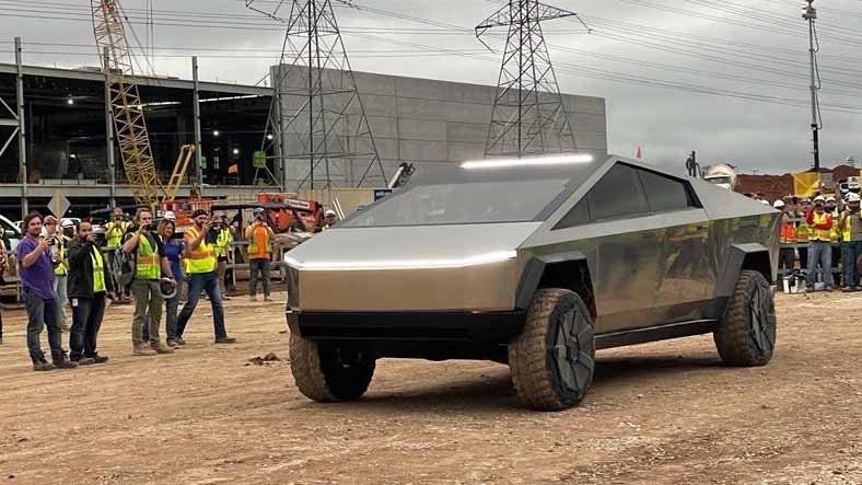 Elon Musk, 6 Aydır Ortalıkta Görünmeyen Cybertruck ile Şirketin Fabrika İnşaatına Gitti