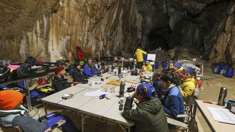 Fransa'da Bir Deney Kapsamında Mağarada Kalan 15 Gönüllü, 40 Günün Ardından İlk Defa Dışarı Çıktı