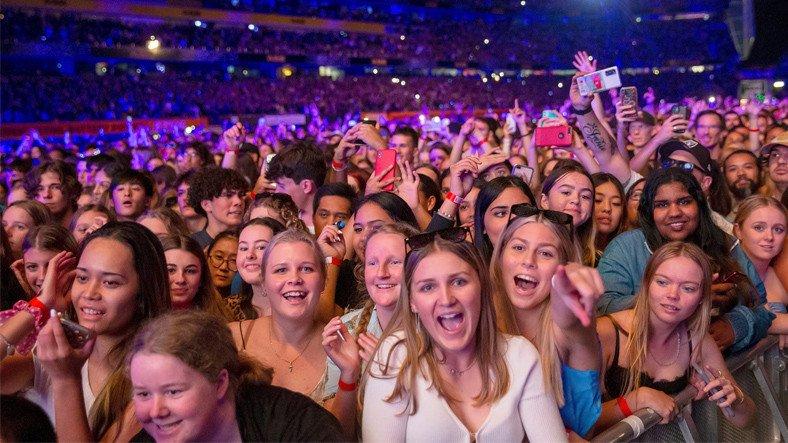 Yeni Zelanda'da Maske ve ve Sosyal Mesafenin Olmadığı 50 Bin Kişilik Konser Düzenlendi [Video]