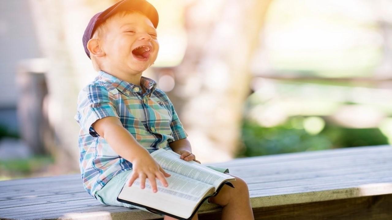 kahkaha atan çocuk