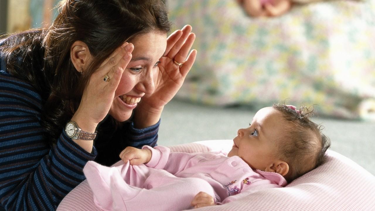 şakalaşan anne ve bebek