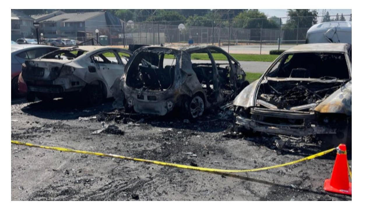 Park halindeyken Bolt'ta yangın çıkmasıyla yanmış olan arabalar